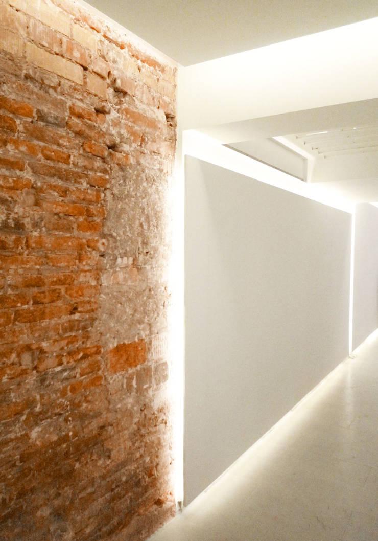 Detalle dell muro de ladrillo  - Loft Barcelona | 08023 Arquitectos: Paredes de estilo  de 08023 Architects