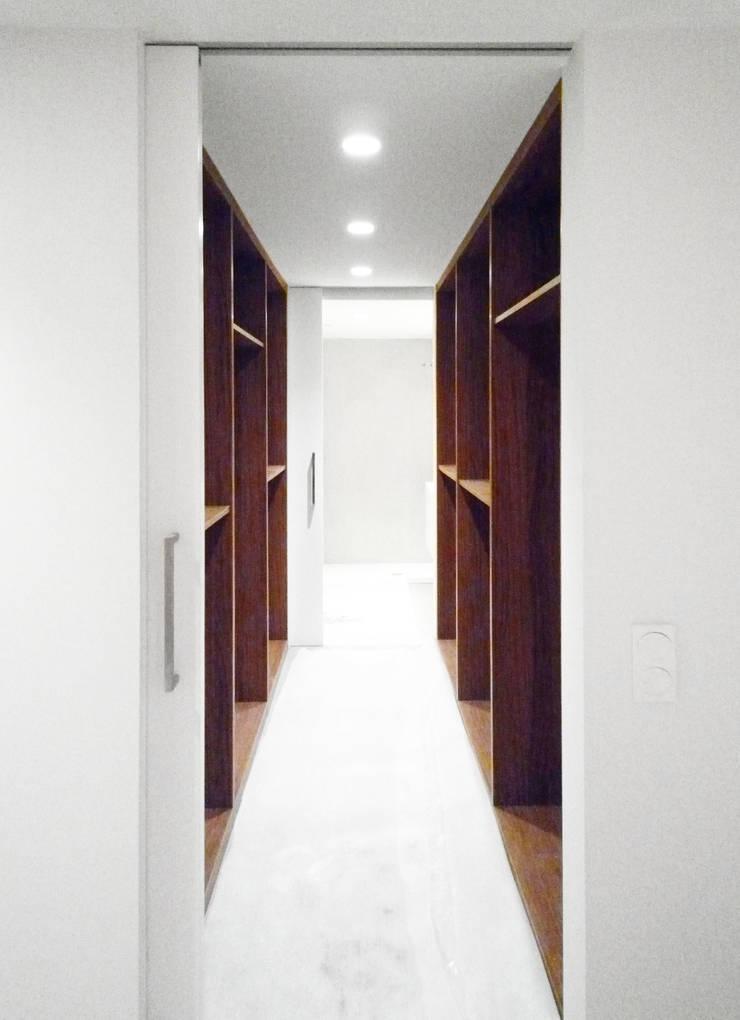 Vista del Vestidor - Loft Barcelona | 08023 Arquitectos: Vestidores de estilo  de 08023 Architects