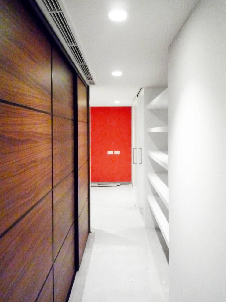 Entrada a la habitación - Loft Barcelona | 08023 Arquitectos: Pasillos y vestíbulos de estilo  de 08023 Architects