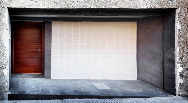 Entrada - Loft Barcelona | 08023 Arquitectos: Paredes de estilo  de 08023 Architects