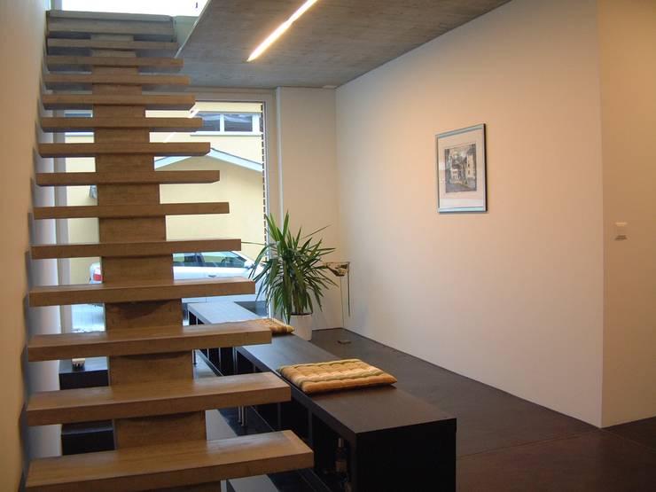 EFH Spescha Zizers:  Flur & Diele von hogg architektur