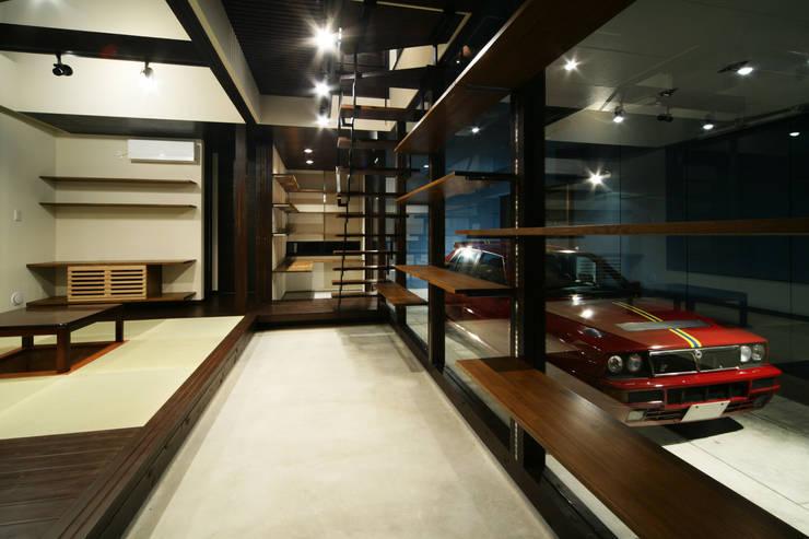 生駒のgarage hause: 田中一郎建築事務所が手掛けたガレージです。