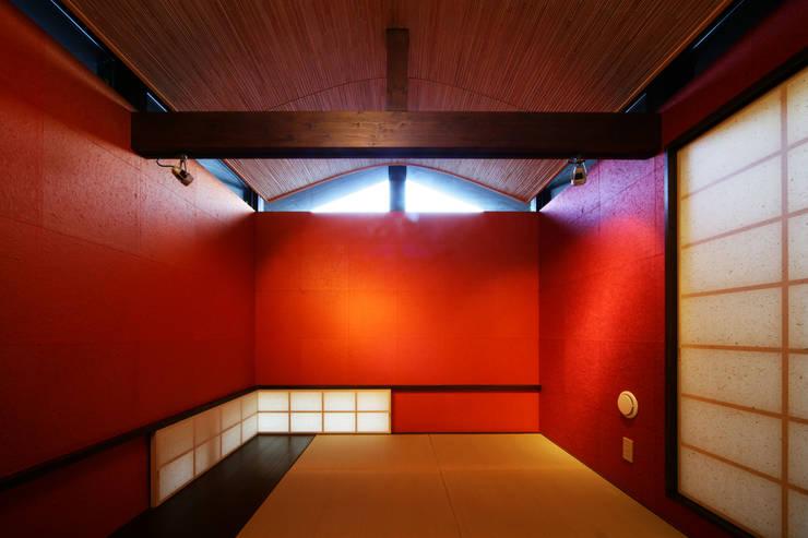 生駒のgarage hause: 田中一郎建築事務所が手掛けた和室です。