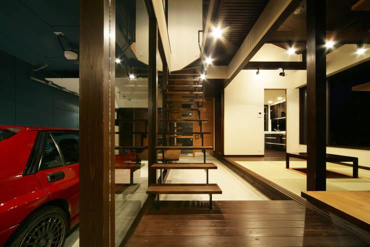 生駒のgarage hause: 田中一郎建築事務所が手掛けた廊下 & 玄関です。