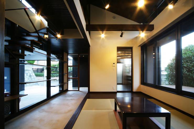 生駒のgarage hause: 田中一郎建築事務所が手掛けたリビングです。,オリジナル