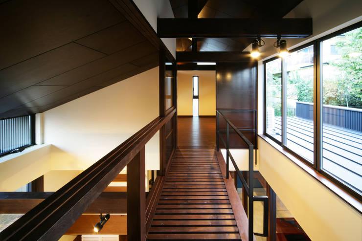 生駒のgarage house: 田中一郎建築事務所が手掛けた廊下 & 玄関です。