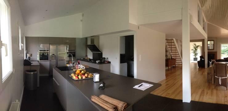 vue de la cuisine et du séjour:  de style  par Malka Barokel Architecte