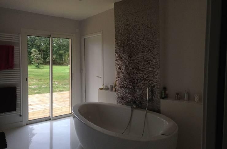 vue sur le jardin depuis la salle de bains:  de style  par Malka Barokel Architecte