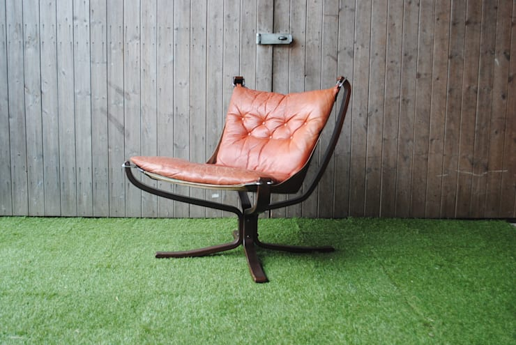 Norwegian Falcon Chair:  Living room by Sketch Interiors