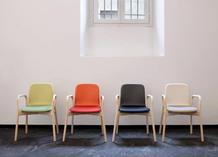 Two Tone chair: IWASAKI DESIGN STUDIOが手掛けたダイニングルームです。
