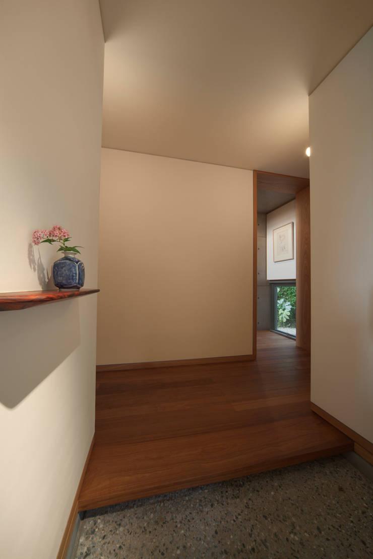 玄関: TOSHIAKI TANAKA&ASSOCIATES/田中俊彰設計室が手掛けた廊下 & 玄関です。
