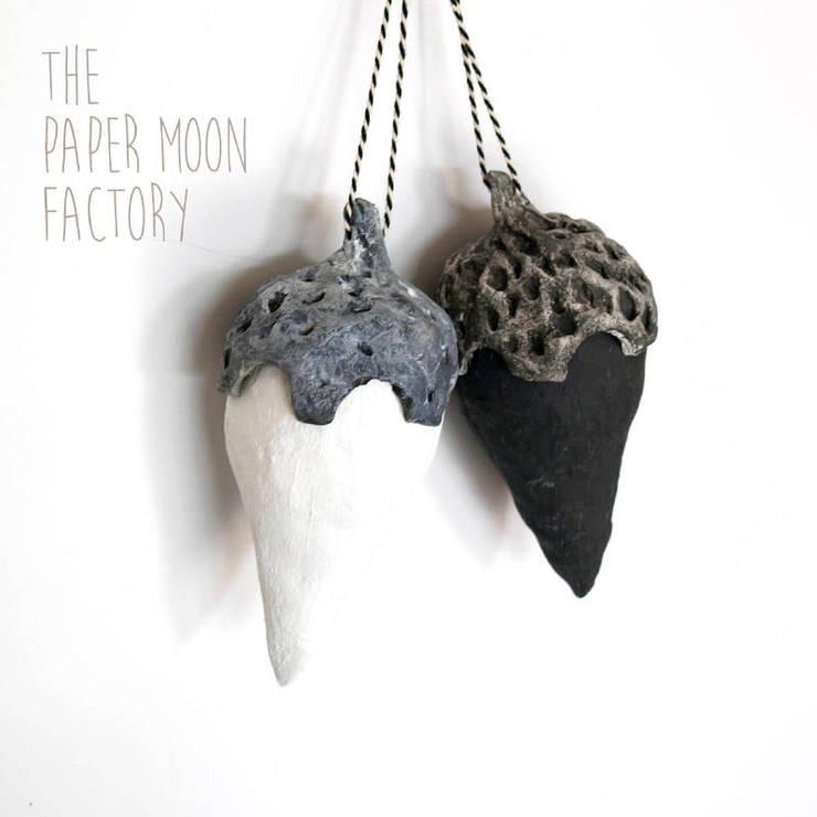 Decoratieve nootjes in zwart wit:  Woonkamer door The Paper Moon Factory