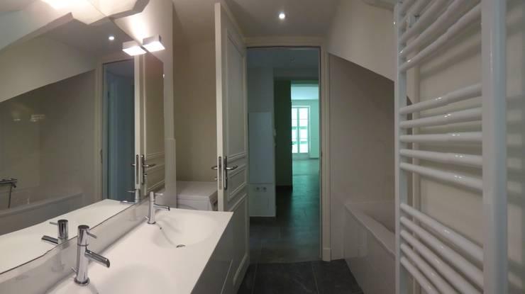 Villa à Menton: Salle de bains de style  par Agence Manuel MARTINEZ