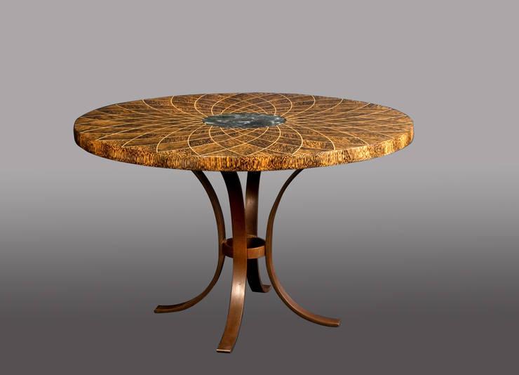 """table """"Tournesol des îles"""" par Julien Lachaud: Salle à manger de style  par julien lachaud ébéniste"""