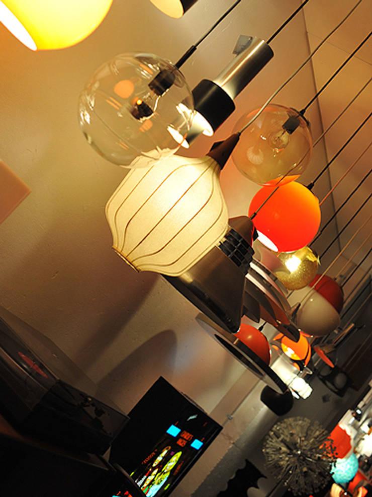 Showroom: Maison de style  par Modulolab