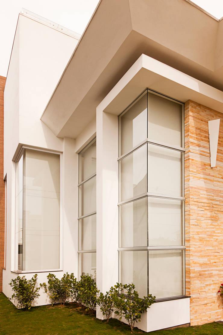 Casa Ponta: Casas  por Biazus Arquitetura e Design