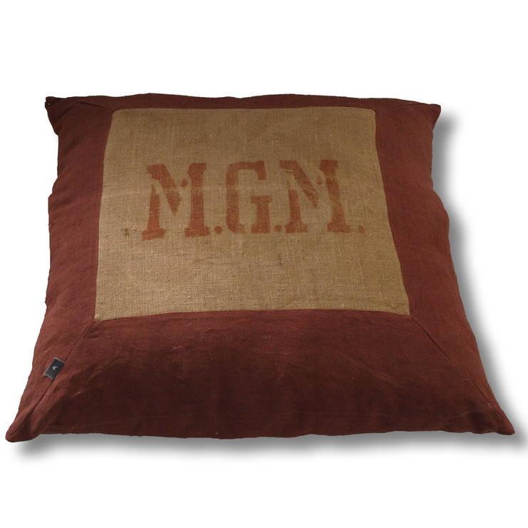 coussin de sol MGM: Salon de style  par la p'tite fabrik