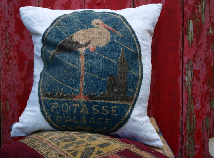 coussin potasse: Salon de style  par la p'tite fabrik