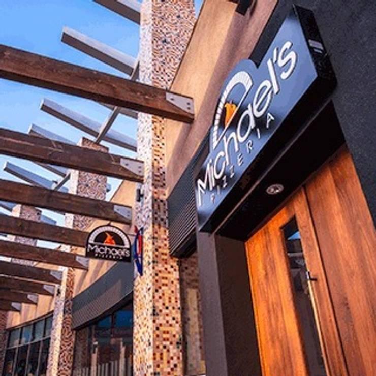 Michael's pizzeria in California,  Rancho Mirage USA:  in stile  di Chairs And More, Moderno