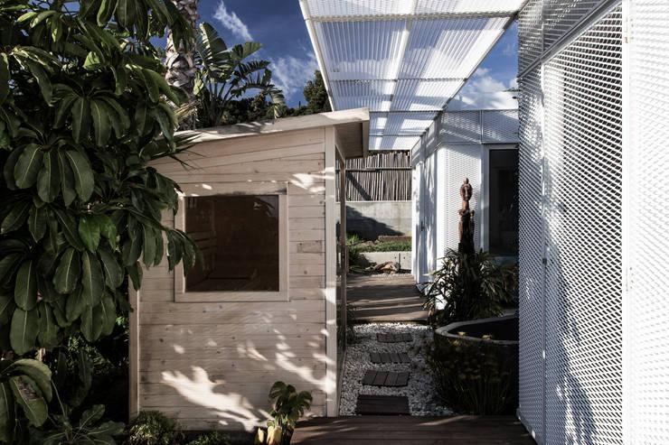 Casa Tarifa:  de estilo  de James & Mau Arquitectura