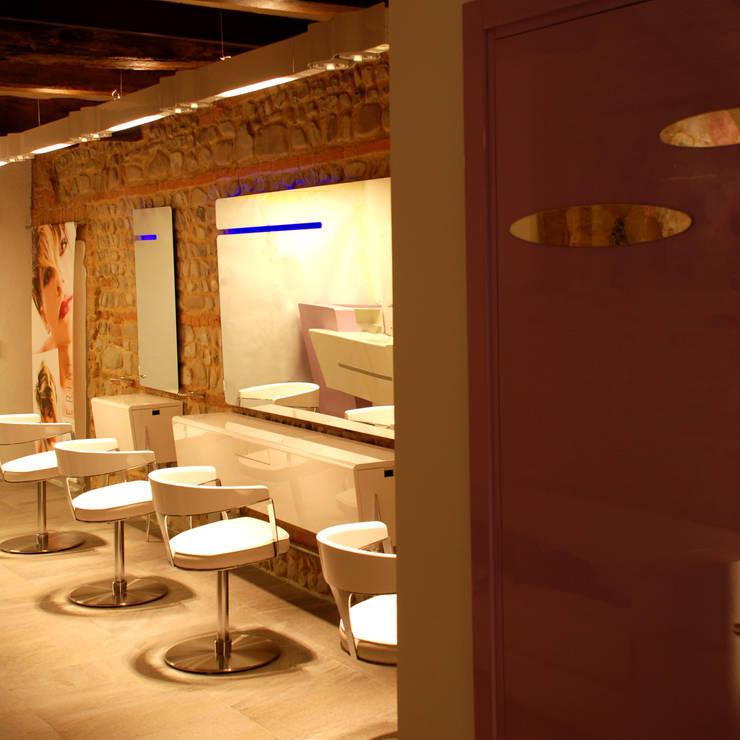 Negozio Polverini  By silvia Ottobrini in Rubiera MO: Spa in stile  di ARCHITETTURE & DESIGN, Moderno