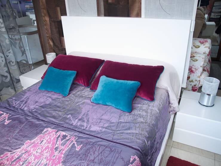 composición básica cama + 2 mesillas: Dormitorios de estilo  de Lenervo