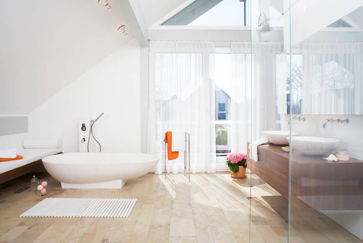 Großes Bad mit Kalksteinplatten: klassische Badezimmer von Home Staging Bavaria