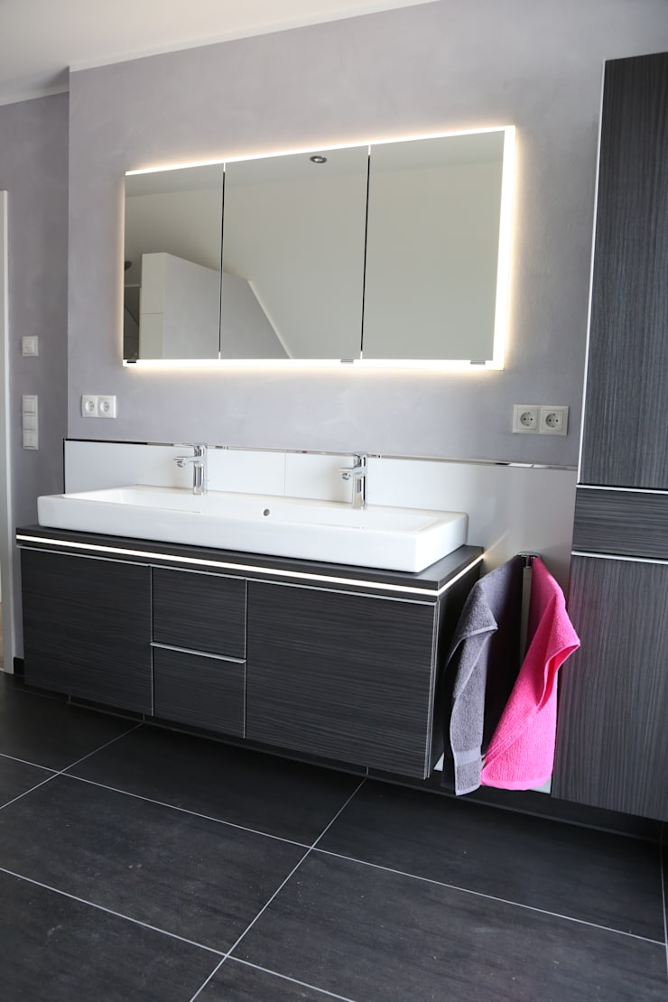 Ванные комнаты в . Автор – Heinrich Blohm GmbH - Bauunternehmen, Модерн