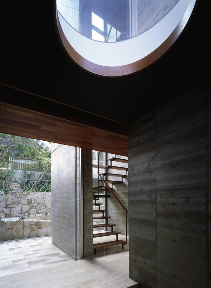 西岡本のコートハウス: 田中一郎建築事務所が手掛けた廊下 & 玄関です。