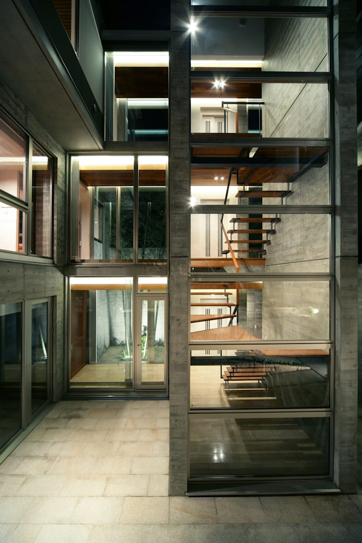 西岡本のコートハウス: 田中一郎建築事務所が手掛けたテラス・ベランダです。,オリジナル