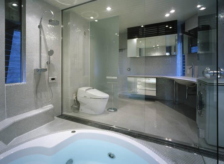 西岡本のコートハウス: 田中一郎建築事務所が手掛けた浴室です。