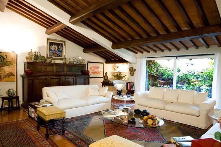 una casa per collezionisti: Soggiorno in stile  di archbcstudio