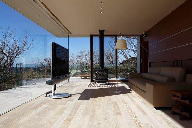 富士山方向をみる | CASA BARCA | 海を眺める豪邸(別荘建築): Mアーキテクツ|高級邸宅 豪邸 注文住宅 別荘建築 LUXURY HOUSES | M-architectsが手掛けたダイニングです。