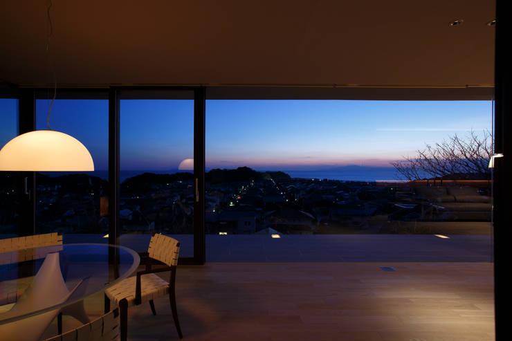 湘南の海の夕景を眺める | CASA BARCA | 海を眺める豪邸(別荘建築): Mアーキテクツ|高級邸宅 豪邸 注文住宅 別荘建築 LUXURY HOUSES | M-architectsが手掛けたリビングです。