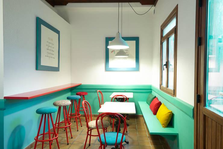 Reforma de café-bar para vinoteca: Rosalinda: Espacios comerciales de estilo  de Estudio de Arquitectura Sra.Farnsworth