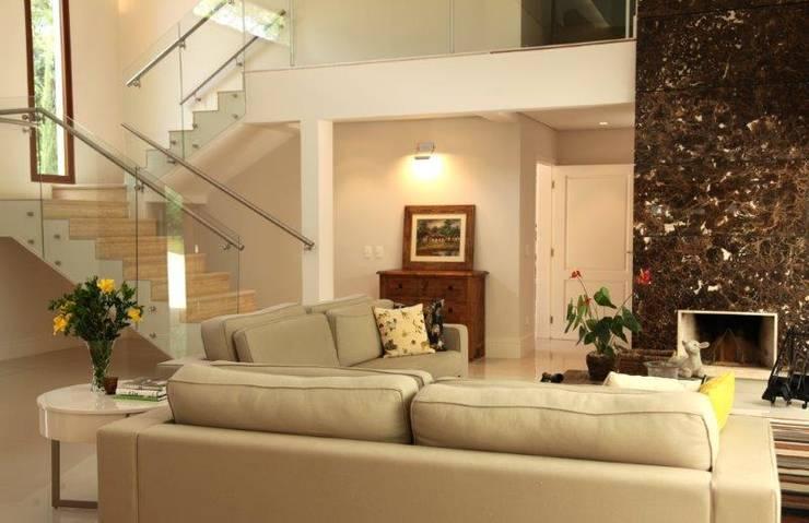 Estar e escada: Salas de estar  por Ornella Lenci Arquitetura
