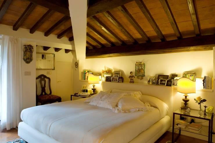 una casa per collezionisti: Camera da letto in stile  di archbcstudio