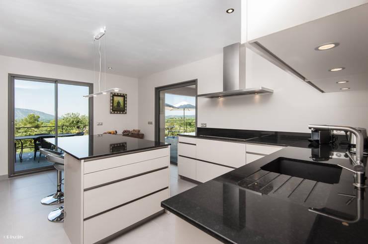 modern Kitchen by Pixcity