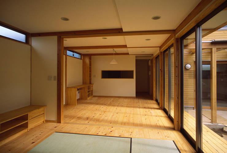 居間: 八島建築設計室が手掛けたリビングです。