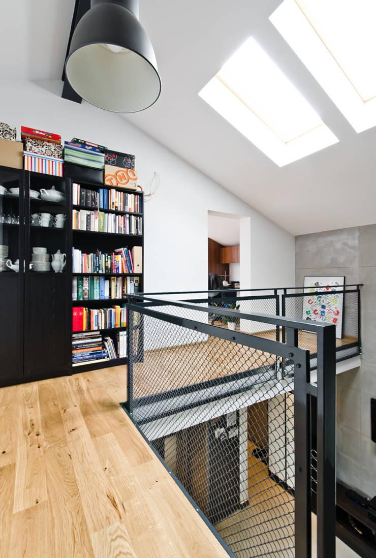 apartament dwupoziomowy: styl , w kategorii Domowe biuro i gabinet zaprojektowany przez ENDE marcin lewandowicz,Industrialny