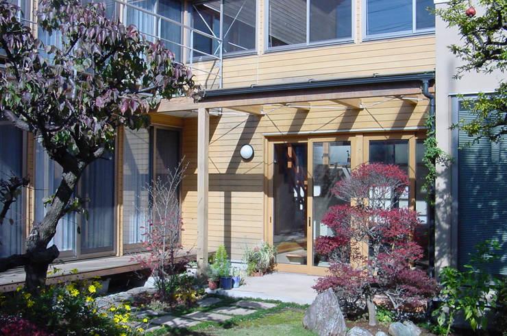 外観(秋): 八島建築設計室が手掛けた庭です。
