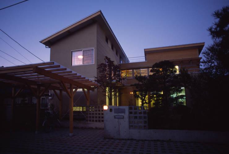 外観(夕景): 八島建築設計室が手掛けた家です。