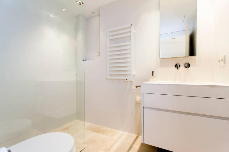 CASA JC: Baños de estilo  de RM arquitectura