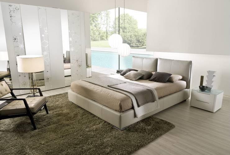 Dormitorios de estilo moderno por la falegnami