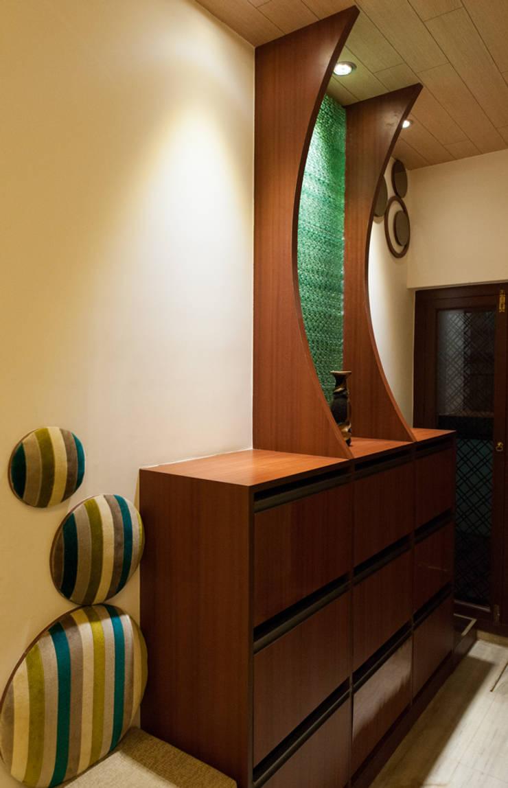 Entrance Foyer:  Living room by Vishwanath And Associates
