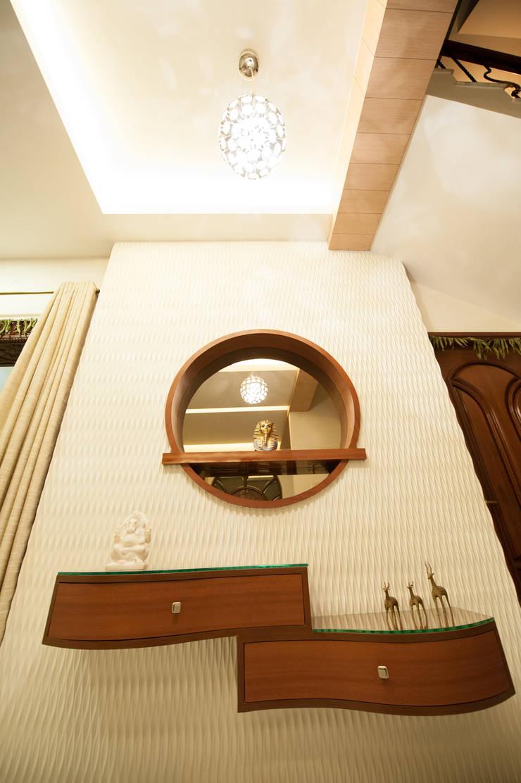 Corridor Aisle:  Living room by Vishwanath And Associates