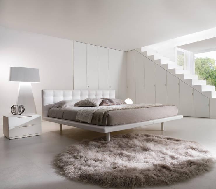 Letto Wish: Camera da letto in stile  di la falegnami