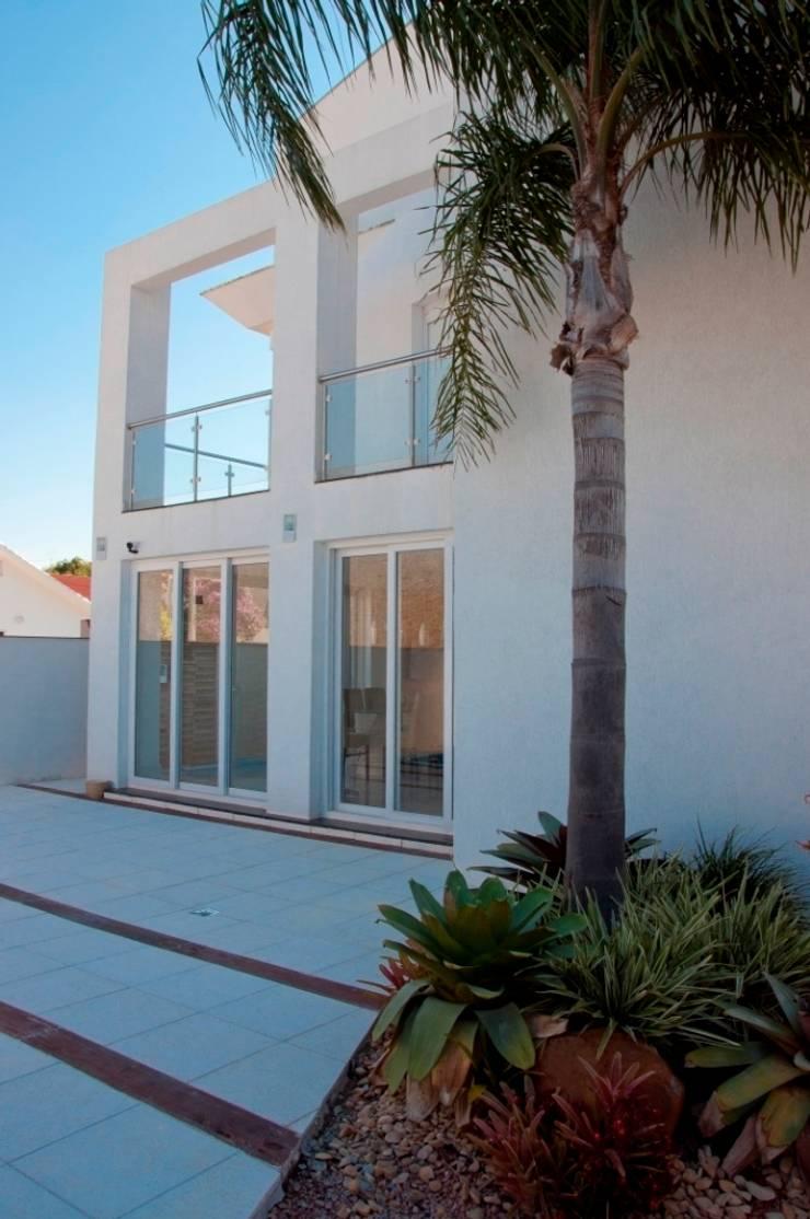 Casa M+M: Casa  por Biazus Arquitetura e Design