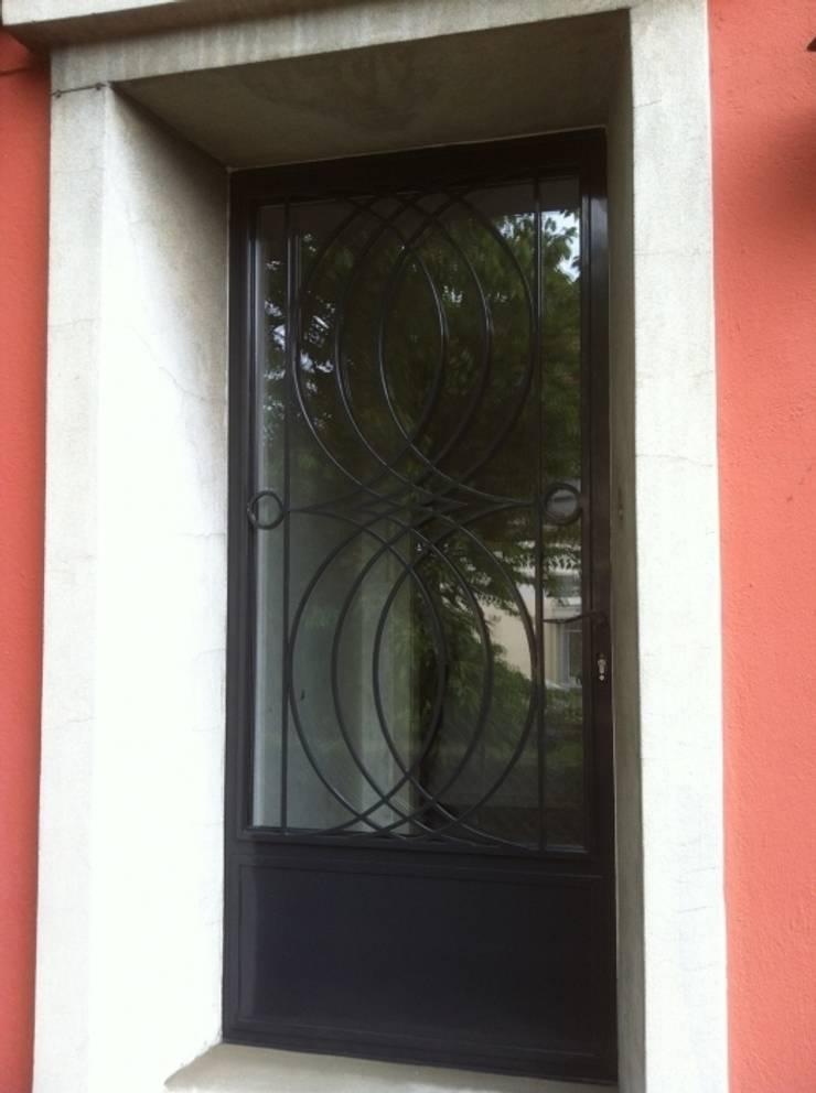 Design contemporain – porte célestine:  de style  par Fer forgé