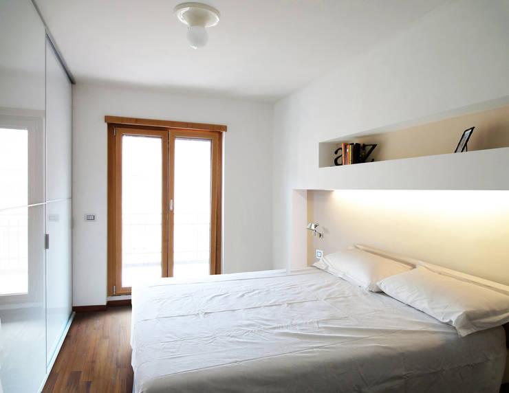 la camera da letto:  in stile  di Giancarlo Covino